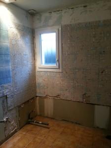 modification d'une salle de bain  dépose d'une baignoire et installation d'un receveur de douche