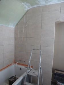 mise en place d'une nouvelle baignoire et pose de faïence claire au mur
